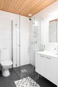 Yläkerrassa erillinen wc ja suihku