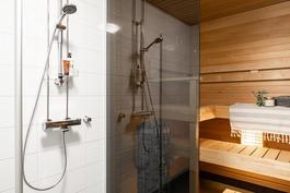 Kylpyhuoneen ja saunan välissä lasiseinä