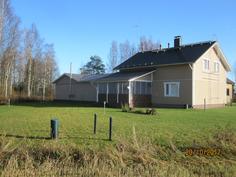 Kokonaisuus talo terassi talli ja taloustilat tallin ja talon välissä näkyy parhaiten talon takaa otetussa kuvasa