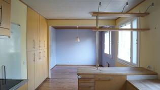 Näkymä keittiöstä ruokailutilaan.