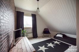 Yläkerrassa kolme tilavaa makuuhuonetta.