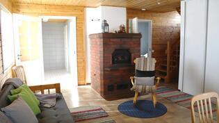 Olohuoneessa komea varaava takka/leivinuuni