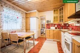 Asunto 2:n keittiö ja kulku toiseen makuuhuoneeseen