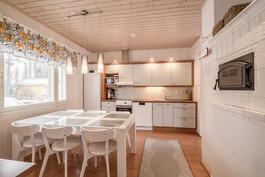 Leivinuuni/takka yhdistää keittiön ja olohuoneen