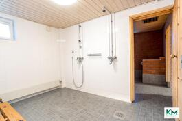 Taloyhtiön saunatilojen pesuhuone. Pesuhuoneita on saunatiloissa kaksi.
