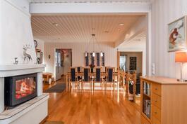 Ruokailutila, olohuone ja takkahuone yhtenäistä tilaa