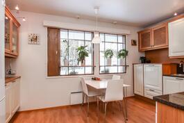 Keittiössä on hyvin tilaa ja kaapistoja.