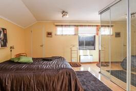 Iso makuuhuone yläkerrassa.