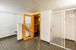 Kylpyhuone ja sauna kellarissa / Badrum och bastu i källare