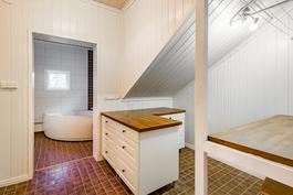 Kodinhoitohuone yläkerrassa / Grovkök på övre våning