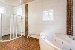 Valoisa kylpyhuone hyvillä varusteilla / Ljust badrum med bra utrustning