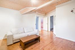 Yläkerrassa 4 makuuhuonetta / 4 sovrum på övre våning