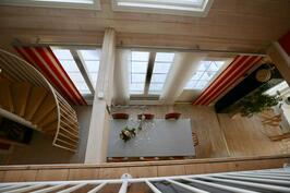 Näkymä yläkerran aulasta
