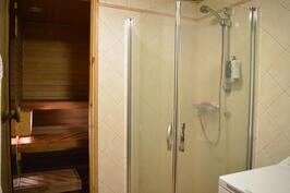 Remontoitu kylpyhuone, jossa kääntyvät suihkuseinät