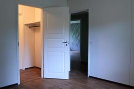 Makuuhuoneesta lukittava vaatehuone, eteinen ja olohuone näkyy taustalla