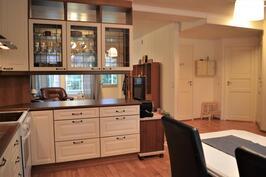 Keittiöstä olohuoneeseen ja oikealla wc, makuuhuone, kylpyhuone/sauna, toinen makuuhuone sekä eteinen
