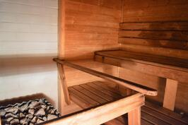 Yhteisessä saunassa iso kiuas takaa pehmeät löylyt