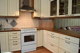 Keittiötä ja olohuonetta jakava kaksiosainen keittiötaso