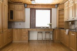 Tyylikäs Puustellin keittiö