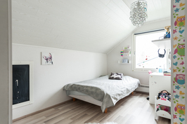 Yläkerran molemmat makuuhuoneet jaettu kevyellä väliseinällä kahdeksi tilaksi