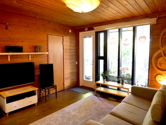 Takkahuoneesta ovi terassille ja saunaosastoon