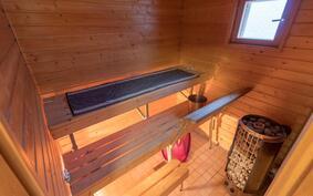 Tässä kodissa on kaksi erillistä saunaa, tässä päärakennuksen sähkösauna