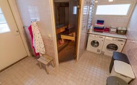 Kylpyhuoneessa käytännöllinen nurkkaus kodin pyykkihuollolle