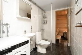 Uusittu kylpyhuone