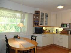 Keittiön ikkunan edessä on tila ruokapöydälle