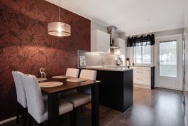 Saareke erottaa keittiön ja olohuoneen/ Köksö mellan köket och vardagsrummet