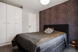 Makuuhuoneessa on reilusti säilytystilaa (kaapit ja vaatehuone)/ Rejält med förvaring (skåp+klädrum)