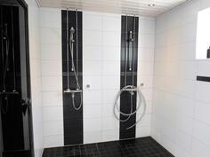 Kylpyhuone alakerrassa, 2 suihkua ja ikkuna