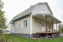 Talo ja katettu terassi