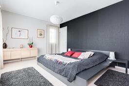 Makuuhuoneet ovat isoja ja jokaisen yhteydessä vaatehuone