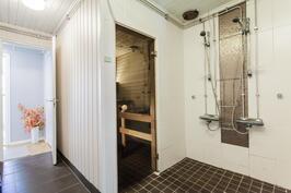 Saunan yhteydessä 2-suihkun kylpyhuone
