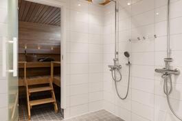 Yläkerran kylpyhuone ja saunatilat.