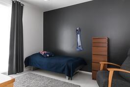 Alakerran makuuhuone, jonka yhteydessä vaatehuone sekä käynti kph-tiloihin.
