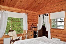 Päähuvilassa on 3 makuuhuonetta, josta yhdestä käynti parvekkeelle.