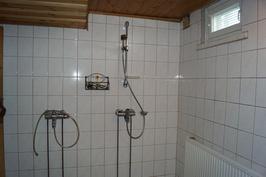 ja tilava suihkuhuone