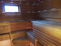Alakerran todella tilava sauna