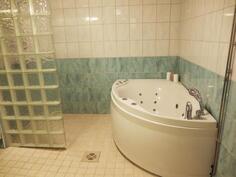 Alakerran kylpyhuone ja suihku