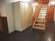 Alakerran aula,taustalla ovi kellariin ja raput yläkertaan