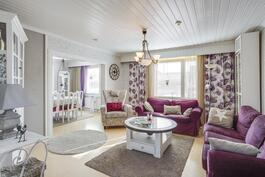 Olohuoneen yhteydessä ruokailutila, josta voi tarvittaessa tehdä neljännen makuuhuoneen.
