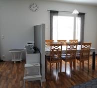 Keittiötä ja olohuonetta erottaa pieni seinä