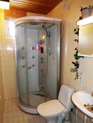 Toinen wc, jossa suihkukaappi