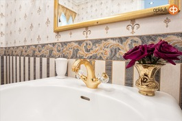 Alakerran pää-WC:n kullattu Versacen hana.