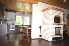 Olohuoneessa varaava Tiileri-takka-leivinuuni