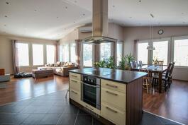 Keittiöstä näkymä ruokailutilaan ja olohuoneeseen päin