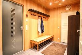 Kylpyhuoneen yhteydessä tilaa pukeutumiselle
