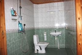 Pesuhuoneessa myös wc